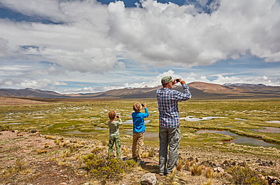 Peru, Chivay, Colca Canyon, father and sons taking pictures of swamp landscape in the Andes - p300m2059598 von Stefan Schütz