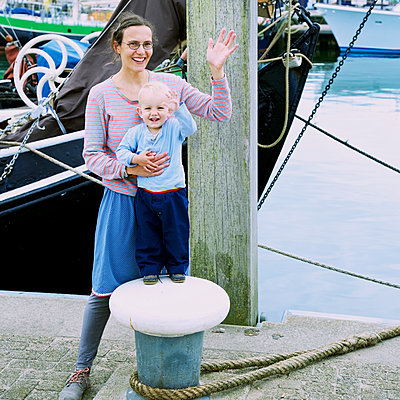 Mutter und Sohn am Kai - p606m1564852 von Iris Friedrich