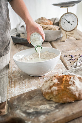 Baking bread - p936m1161844 by Mike Hofstetter