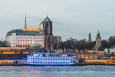 Germany, Hamburg, Bornsteinplatz, View over Elbe river to St. Pauli Landing Stages in the evening - p300m1585427 von Kerstin Bittner