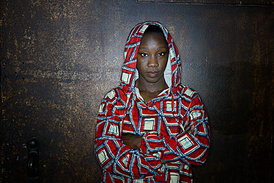African woman in hooded shirt, portrait - p427m2285220 by Ralf Mohr