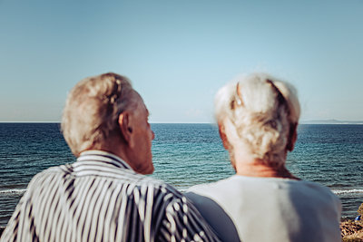 Greece, Senior couple near the sea, portrait - p713m2283569 by Florian Kresse