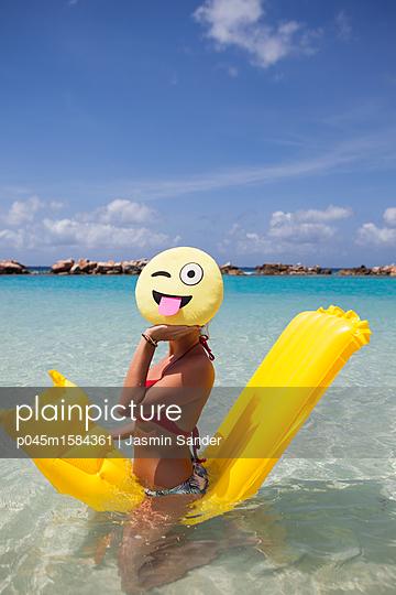 Spaß mit Smiley im türkisblauen Meer - p045m1584361 von Jasmin Sander