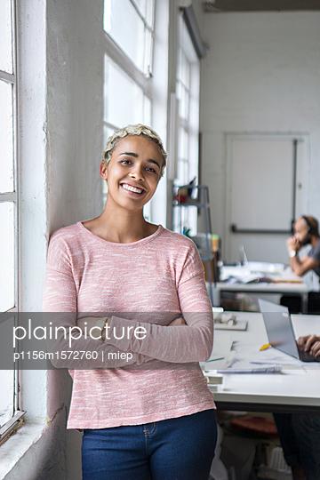 Frau im Büro - p1156m1572760 von miep