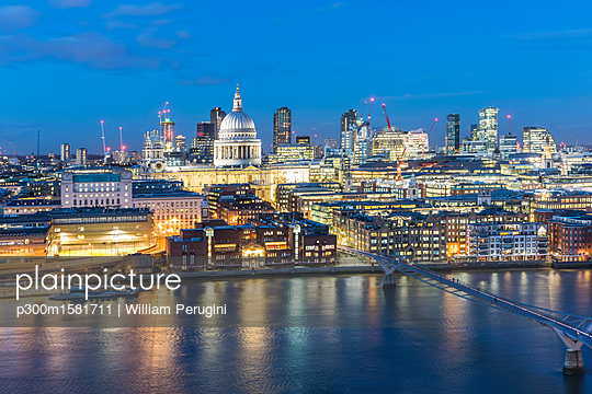 UK, London, Millennium Bridge and St Paul's Cathedral aerial view at dusk - p300m1581711 von William Perugini