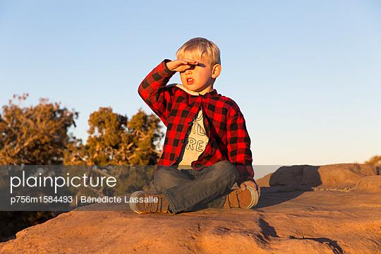 Junge auf einem Felsen - p756m1584493 von Bénédicte Lassalle