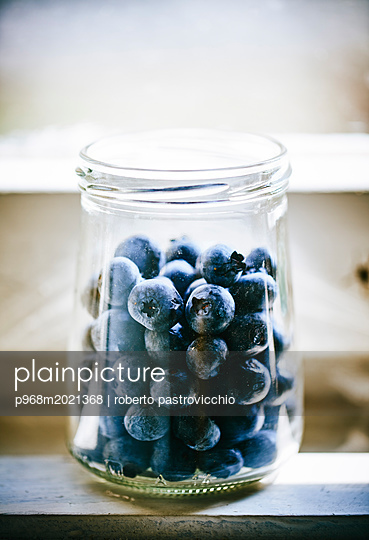 Blueberries in glas - p968m2021368 by roberto pastrovicchio