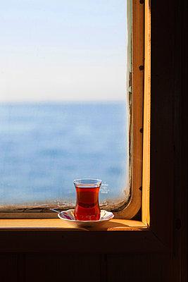 Tee am Fenster trinken - p045m1492280 von Jasmin Sander
