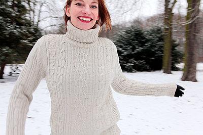 Schöne junge Frau im Schnee - p258m1200796 von Katarzyna Sonnewend