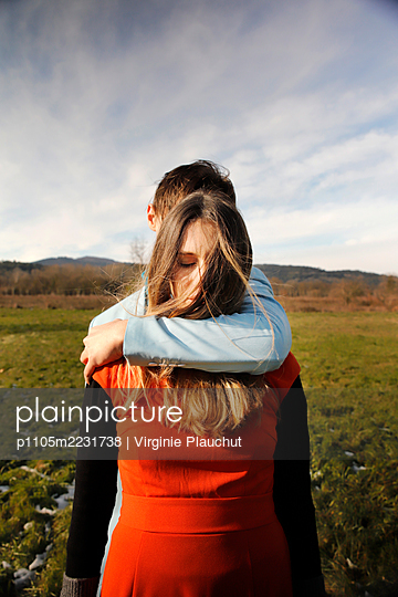 Young couple embracing, portrait - p1105m2231738 by Virginie Plauchut
