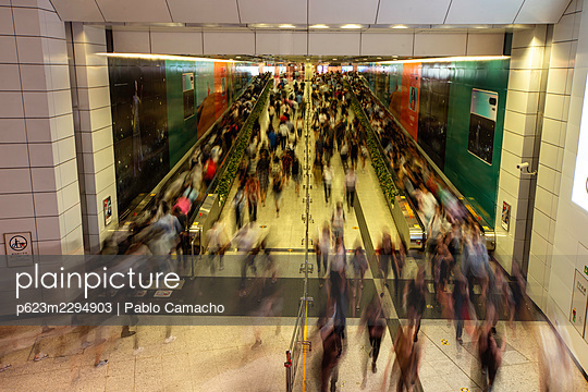 Busy commuters in subway station during rush hour in Hong Kong - p623m2294903 by Pablo Camacho