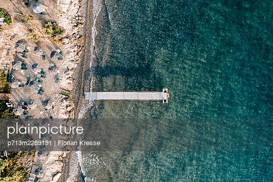 Beach with bathing jetty, Zakynthos, aerial view - p713m2289191 by Florian Kresse