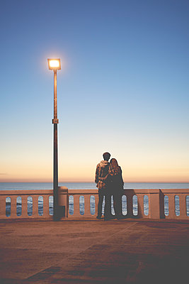 Lovers by the sea at sunset - p1124m1503676 by Willing-Holtz