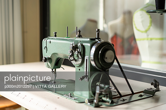 Sewing machine models in fashion designer's studio - p300m2012297 von VITTA GALLERY