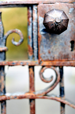 Close-up of old rusted metal doorknob - p1047m789469 by Sally Mundy