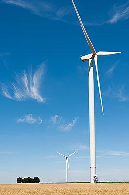 Windkraftanlage im Sommerfeld - p1079m1184964 von Ulrich Mertens