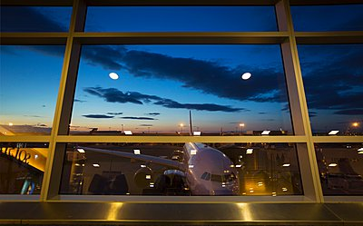 Airport terminal window view of airplane, New York, USA - p429m1095537f by Henglein and Steets
