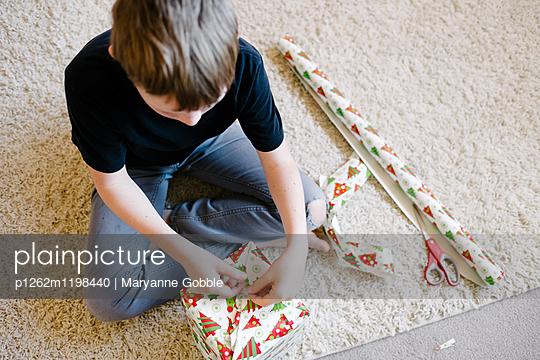 Geschenke einpacken - p1262m1198440 von Maryanne Gobble