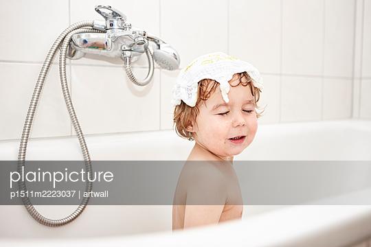 Toddler boy in the bathtub - p1511m2223037 by artwall