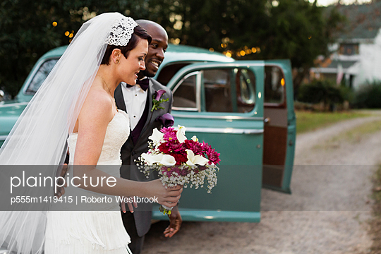Newlywed couple outside vintage car - p555m1419415 by Roberto Westbrook
