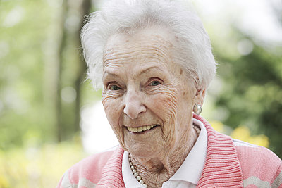 Germany, North Rhine Westphalia, Cologne, Portrait of senior woman, smiling, close up - p300m2213797 by Jan Tepass