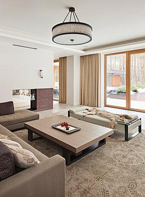 Wohnzimmer in einer Villa  - p390m2178596 von Frank Herfort