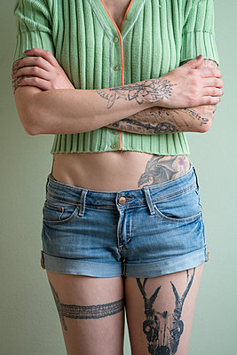Woman with tattoos all over her body  - p427m1467145 by Ralf Mohr