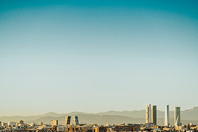 Spain, Madrid, cityscape with modern skyscrapers - p300m2080202 by Jose Luis CARRASCOSA