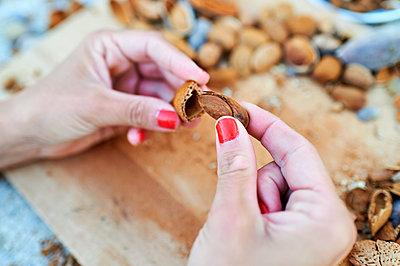 Hands of woman peeling almond - p300m2221186 by Kiko Jimenez