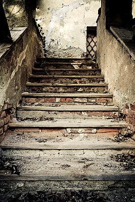 Zerbrochene Treppe - p5990137 von Günter Flegar