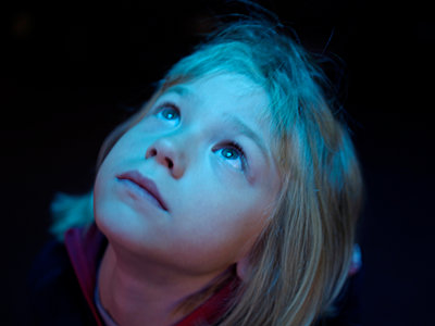 Little girl looking up - p945m1444666 by aurelia frey