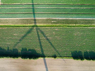 Schatten eines Windrads - p1079m2152598 von Ulrich Mertens