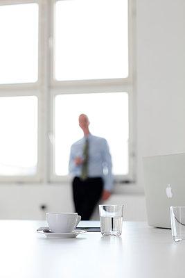 Geschäftsmann am Fenster - p1212m1119032 von harry + lidy