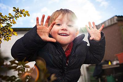 Junge spielt im Garten - p1386m1452251 von beesch