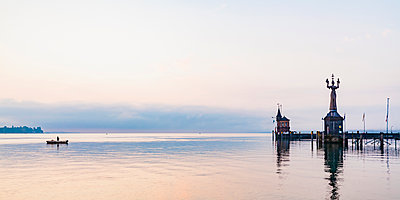 Germany, Constance, view to port entrance with lighthouse and Imperia - p300m1587044 by Werner Dieterich