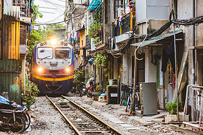 Vietnam, Hanoi, view of a railway crossing the city and passing very close to houses - p300m2081392 von William Perugini