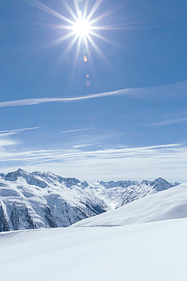 Austria, Tyrol, between Ischgl and Galtuer, view to snowy mountains on a sunny day - p300m2103517 by Michael Malorny