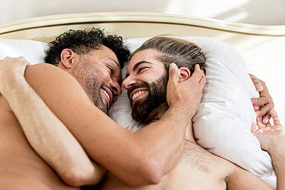 Schwules Paar im Bett - p787m2115277 von Forster-Martin
