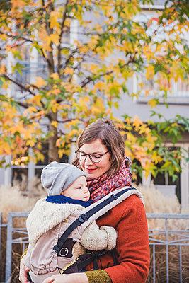 Herbstspaziergang, Mutter mit Kind - p904m1193451 von Stefanie Päffgen