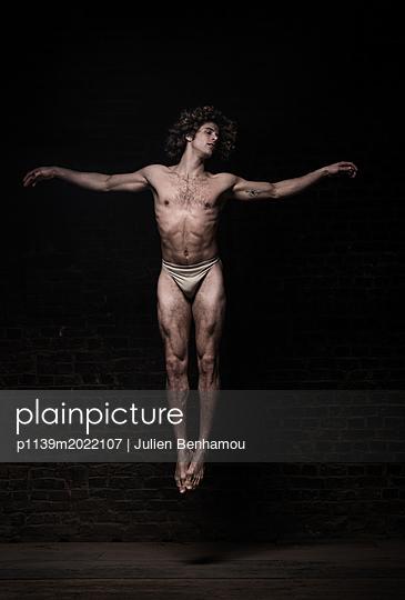 Levitation - p1139m2022107 by Julien Benhamou