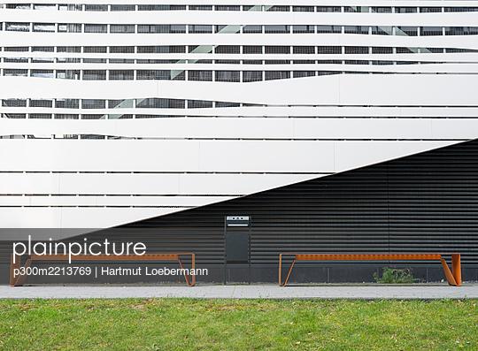 Germany, North Rhine-Westphalia, Aachen, RWTH Aachen University, facade of the auditorium building, benches - p300m2213769 by Hartmut Loebermann