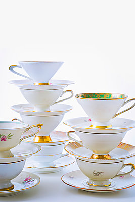 Stack of coffee cups - p1149m2027038 by Yvonne Röder
