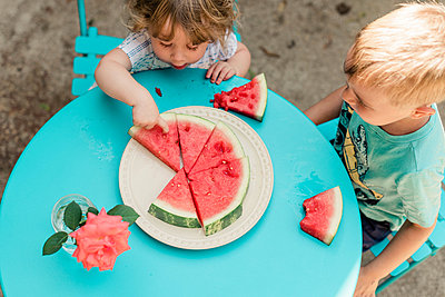 two kids eating watermelon. - p1166m2129820 by Cavan Images