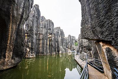 China, Shilin, Stone forest, lake and path - p300m2029526 von Kike Arnaiz