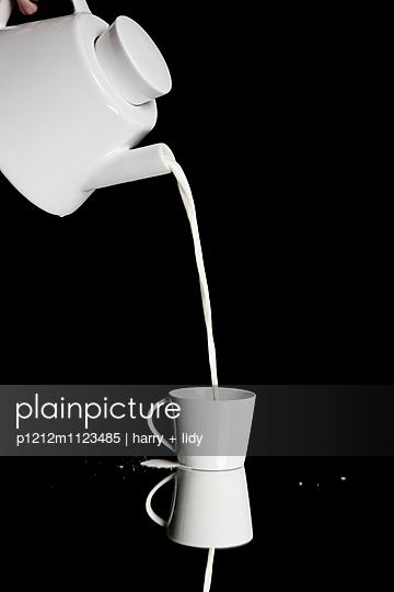 Milch einschenken - Milchlache - p1212m1123485 von harry + lidy