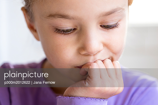 Portrait of pensive little girl, close-up - p300m2012622 von Jana Fernow