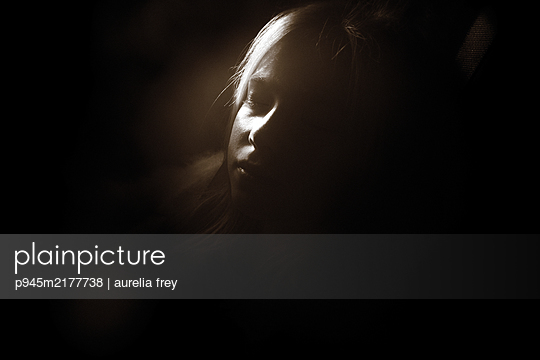 Girl with closed eyes in the twilight - p945m2177738 by aurelia frey
