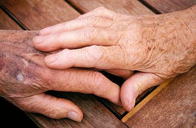 Hände zueinander - p0190221 von Hartmut Gerbsch