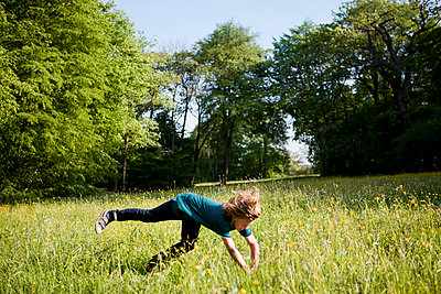 Junge beim Toben im Park - p1195m1138149 von Kathrin Brunnhofer