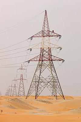 Strommasten in der Wüste, Abu Dhabi, Vereinigte Arabische Emirate - p1316m1160664 von Harald Eisenberger